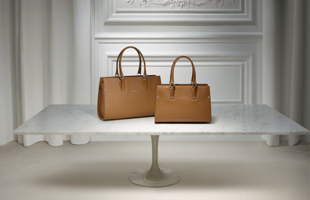 """Kultovní francouzská  značka LONGCHAMP  je synonymem pařížského šarmu, stylu a  francouzského """"art de vivre"""".  Longchamp nyní otevřel svůj první oficiální butik také v Praze, kde jinde, než na prestižní  adrese Pařížská - č. 16."""
