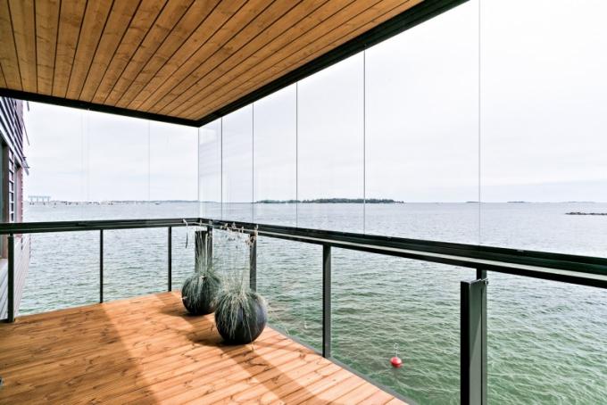 Pod terasou šplouchá moře a majitelé si užívají čerstvého prosoleného vzduchu
