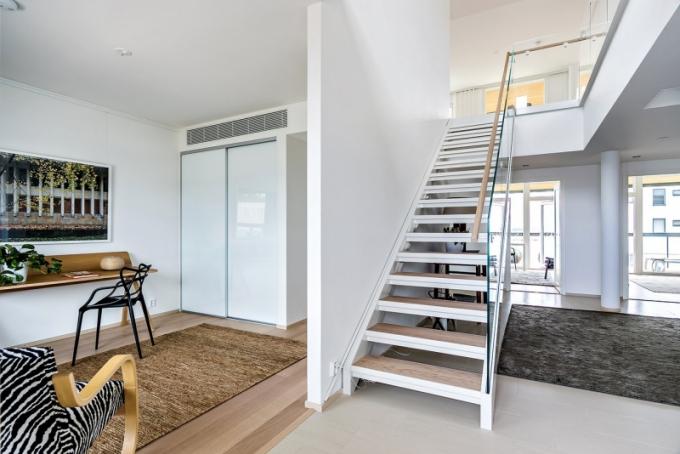 V bytě je i pracovní kout vybavený stolem Copenhagen od Hay a plastovou židlí Masters od Kartellu