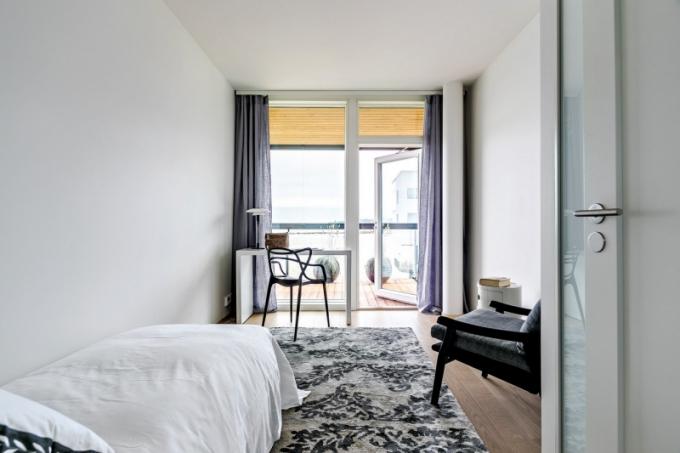 I z ložnice pro hosty lze vyjít na terasu. Vybavená je úsporně a funkčně designovými kousky
