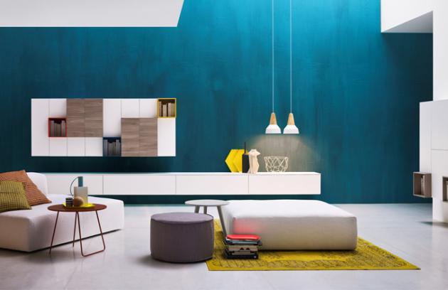 Sestava nábytku do obývacího pokoje About day italské značky Novamobili v kombinaci bílého matného laku a dekoru dřeva je doplněná barevnými regálky, cena 149 245 Kč, www.casamoderna.cz