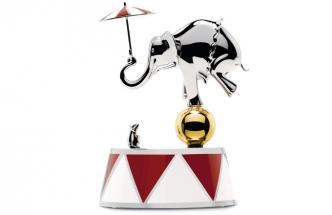 Kolekce Alessi Circus navržená designérem Marcelem Wandersem představuje zábavný svět manéže, v němž vládne humor, hravost, napětí, pompéznost i fantazie