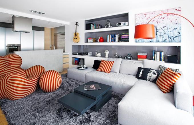 Niky vytvořené uvnitř sádrokartonové stěny pomohly vytvořit atraktivní úložné prostory. Jsou zhotovené z MDF desky lakované šedou barvou do vysokého lesku. Dekorativní doplňky a obraz na stěně jsou z Praguekabinetu