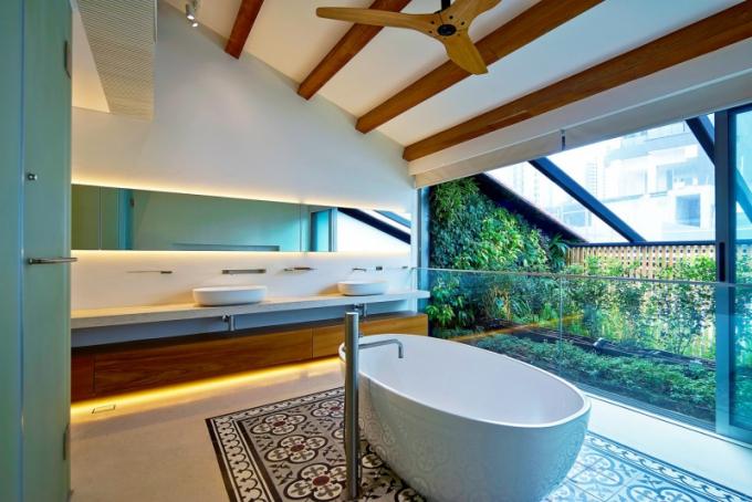Dlouhá chodba mezi koupelnou a hlavní ložnicí také našla své využití. Jsou zde umístěny nenápadné úložné prostory a část pultu se rychle a jednoduše může proměnit v dočasnou pracovnu