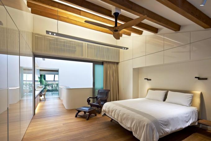 Stejně jako v jiných místnostech jsou v ložnici pána domu přiznané trámy a umístěn rekonstruovaný stropní ventilátor. Původní prvky byly zachovány a snoubí se s novým vybavením. Cíle bylo dosaženo