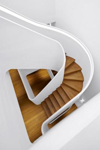Velkoryse navržené schodiště přináší do vnitřního prostoru dynamický prvek. Zároveň pomáhá dům provzdušnit a díky střešnímu oknu se do interiéru dostane i více denního světla