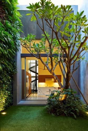 V zadním traktu domu je umístěna kuchyň, ze které vede schodiště do pokoje původně určeného pro služebnou. Z kuchyně je pohodlně vidět do obývací haly a na děti hrající si na zahrádce