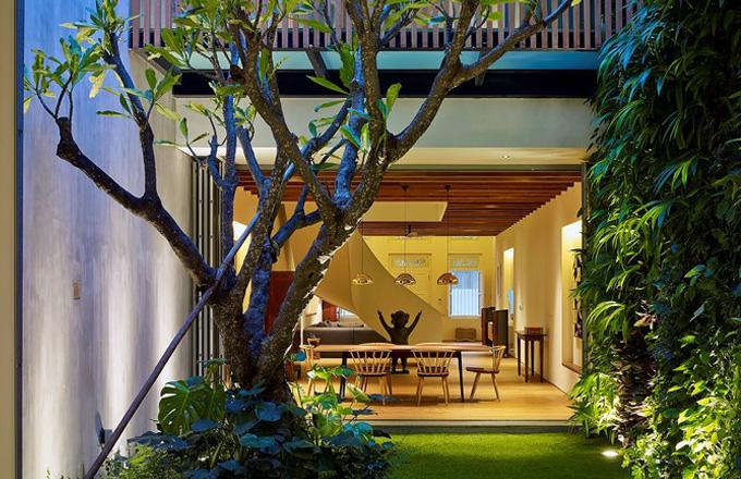 Pro Asii typické řadové domy skrývají vnitřní dvorek zajišťující přirozenou ventilaci. Majitelé dvorek přeměnili na vnitřní zahradu, která slouží zejména dětem. Rostliny prostor příjemně osvěžují