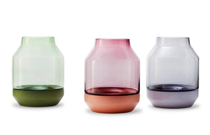 Vázy z kolekce Elevated, ručně foukané sklo/jasanové dřevo, O 17 cm, výška 22 cm, vyrábí Muuto, cena 2 770 Kč/ks, www.designville.cz