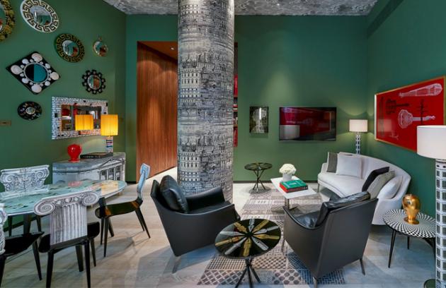 V jídelně apartmánu Milano jsou na stěnách zavěšeny artefakty značky Fornasetti. Typický dekor nese i tapeta, jídelní stůl Ultime Notizie a židle Capitello