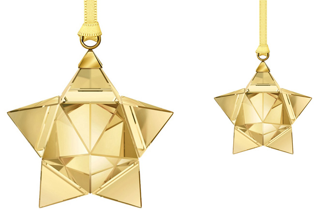 Tradiční vánoční symbol, 3D hvězda zavěšená na saténové stuze, 3,8 x 3,5 x 3 cm, design Stefanie Nederegger, Swarovski, cena 1 090 Kč, www.swarovski.com
