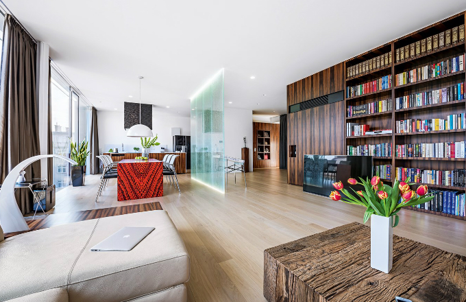 Prostoru dominuje rozlehlá knihovna, která odděluje šatnu