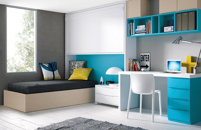 Postel s výklopným roštem a úložným prostorem, horní postel se dá celá zaklopit, sestavu doplňuje psací stůl a úložné moduly, JJP, cena 98 430 Kč, www.space4kids.cz