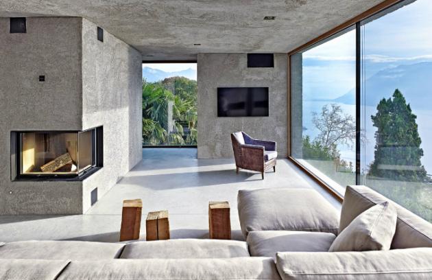 Hlavní obývací prostor nabízí k dokonalé relaxaci vše - pohodlnou pohovku Soft Dream od flexfrom, krb i výhled, který se nikdy neomrzí