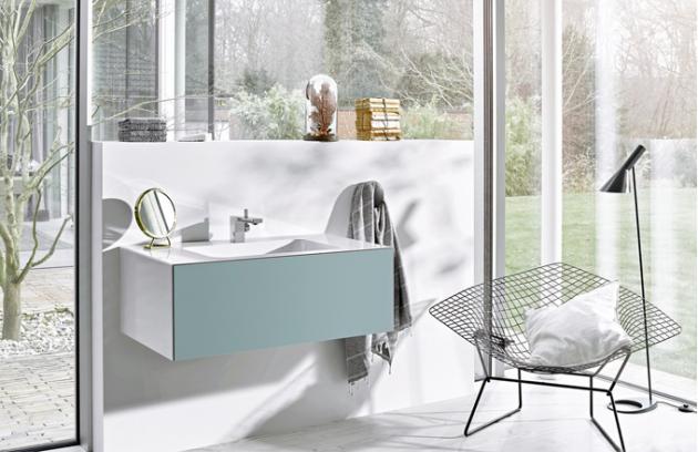 Umyvadlo Folio z glazované oceli obepíná nábytek se sametovým povrchem (výběr ze čtyř dekorů) a společně tak tvoří krásnou, homogenní jednotku. Design Gerhard Busalt, Alape, cena na dotaz, www.dornbracht.com
