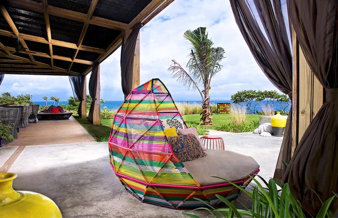 Křeslo na venkovní terase, které navrhla Patricia Urquiola je zhmotněním rajské atmosféry ostrova