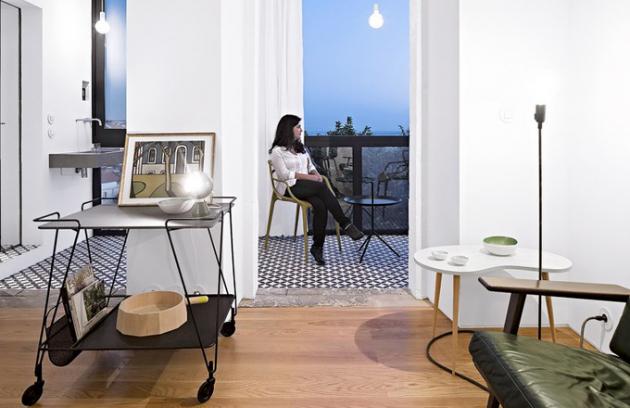 Z malého uzavřeného balkonu se stala otevřená terasa, která výrazně zvětšuje obytnou plochu bytu