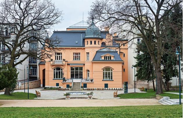 Zahradní průčelí vily Löw-Beer. Z velkých oken a z terasy je krásný výhled do upravené svažité zahrady a na vilu Tugendhat