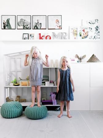Dvojčata Merle a Anine kralují v pokojíčku s vysněným domem pro panenky, který jim vyrobil tatínek