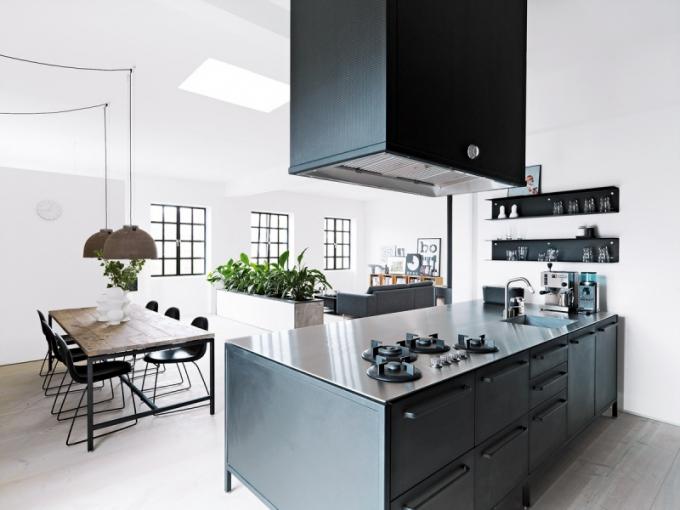 Středobodem kodaňského bytu je kuchyň Vipp z ocelových, černě práškovaných modulů, jimž vévodí pracovní deska z nerezavějící oceli