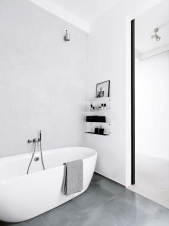 Puristický ráz koupelny zdůrazňují monochromatické doplňky značky Vipp