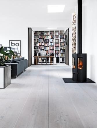 Otevřenost a vzdušnost loftu podpořila podlaha ze světlých fošen, dveře posuvné na stěnu a vestavěný nábytek vyrobený na míru