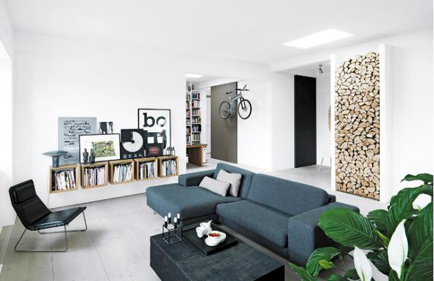 Dřevěná polínka jsou v obývacím pokoji vyskládána nejen jako potrava pro oheň, ale i jako pastva pro oči