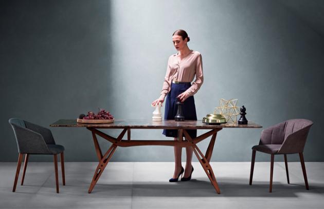 Stůl Reale v designu z roku 1946, masivní dřevo v kombinaci s různými materiály, více rozměrů, design Carlo Mollino, Zanotta, orientační cena od 110 000 Kč, www.zanotta.it