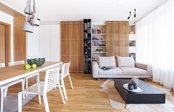 Kuchyň je od obývacího pokoje oddělená černým nábytkovým modulem, jehož součástí je vestavná vinotéka. Stropní svítidla je možné podle potřeby naklápět, otáčet a vytvořit tak požadovanou atmosféru. Konferenční stolek poskytuje ve svých útrobách další úložné prostory