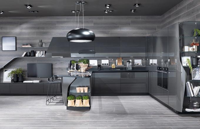 Kuchyň Flux Swing by Giugiaro Design má díky zvláštnímu tvaru dvířek a přechodových prvků dynamickou podobu, Scavolini, cena na dotaz, www.decoland.cz