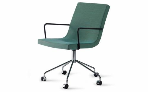 Pracovní židle Medi z kolekce Bond má rám z vrstveného dřeva a výplň ze studené pěny, která je zárukou pohodlného sezení i po delší době, čalounění z látky nebo kůže, otočná základna je z chromu, 57 x 62 x 78,5 cm, design Jean-Marie Massaud, Offecct, cena 38 116 Kč, www.akit.cz