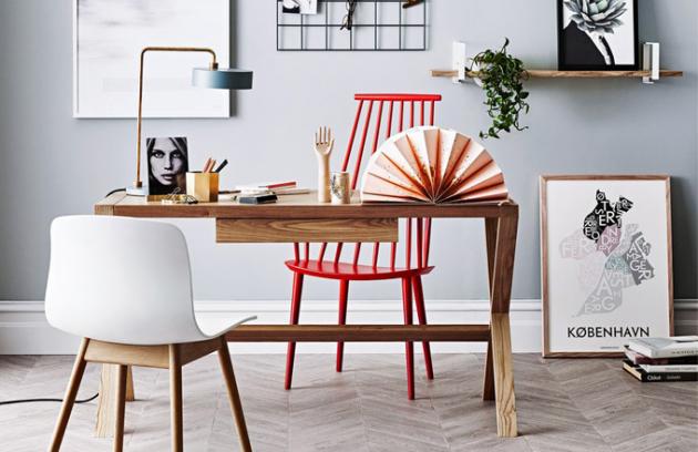 Psací stůl Ascot je celý vyrobený z jasanové dýhy, 135 x 58 x 74,5 cm, Globe West, cena 22 815 Kč, www.norsu.com, židle About a chair AAC12, masivní dřevo a polypropylen, 51 x 50,5 x 46/78,5 cm, Hay, cena 5 665 Kč, a židle J110, lakovaný buk, 53 x 60 x 44,5/106 cm, Hay, cena 6 369 Kč, www.stockist.cz