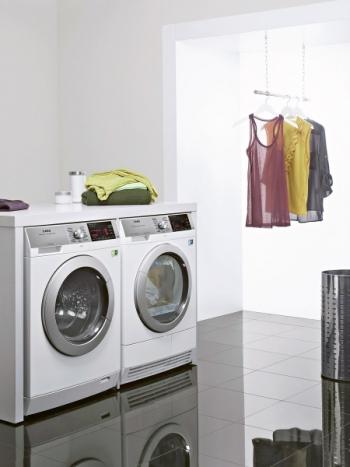 Kombinací pračky a sušičky od jednoho výrobce vznikne kompletní prádelna s úsporou místa a čistým provozem. Sušička AEG Lavatherm 97689 IH3 s tepelným čerpadlem, náplň 8 kg, třída A+++. Cena 24 990 Kč, www.elektrocz.com