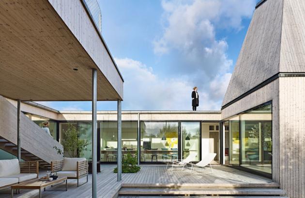 Dřevěný dům je zvenčí pevností oddělující své obyvatele od sousedních domů a uvnitř otevřeným členitým prostorem, kde se stírají hranice mezi exteriérem a interiérem