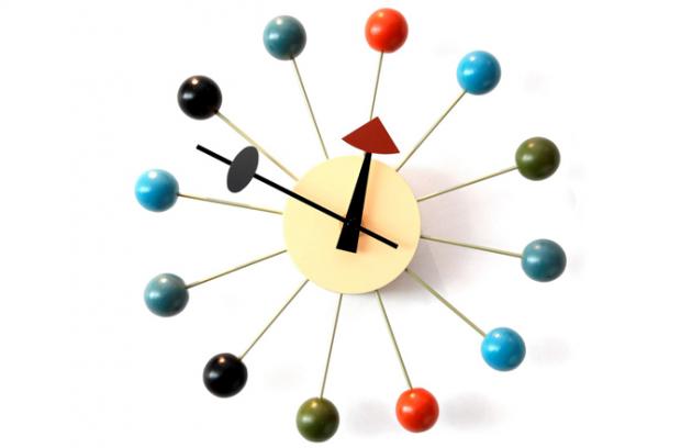 Když firma Herman Miller v 80. letech skončila s výrobou hodin, pokračovatelem výroby se stala společnost Vitra. V současné době se hodiny vyrábějí v pěti barevných variantách, průměr 33 cm, cena 7 980 Kč, www.vitra.com