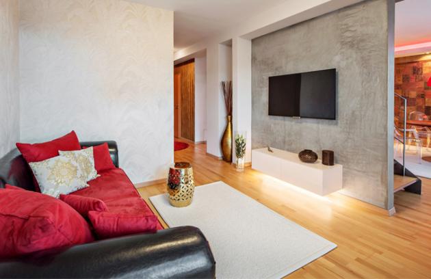 Schodišťová stěna s betonovou stěrkou odděluje v přízemí kuchyni s jídelnou od prostoru určeného pro odpočinek