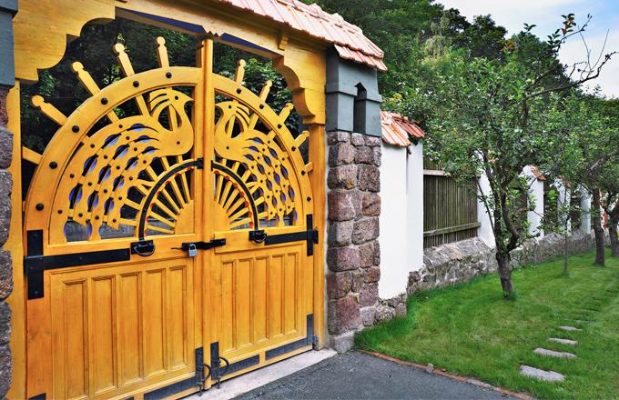 Dřevěná řezbovaná brána zaujme folklorními motivy