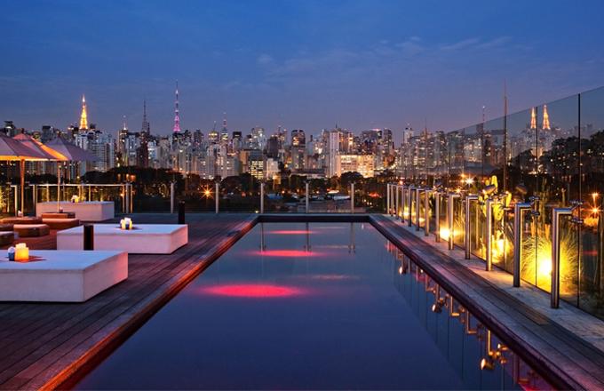 Ze střechy hotelu Unique je úchvatný pohled na park Ibirapuera a vlastně na celé panorama Sao Paula. Kromě toho se tu dá ještě příjemně zaplavat v karmínově rudém bazénu s dokonalým ozvučením nebo najíst v luxusní restauraci Skye
