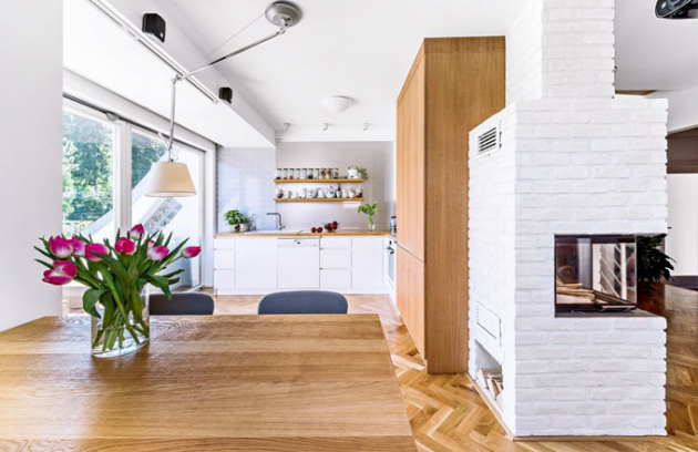 Osvětlení jídelního stolu zajišťuje ikonická lampa Tolomeo (Artemide), čalouněné židličky majitelka zvolila sama ve světle šedém odstínu. Za pracovní deskou je skleněná stěna s dekorem navrženým designérkou Markétou Fleischnerovou