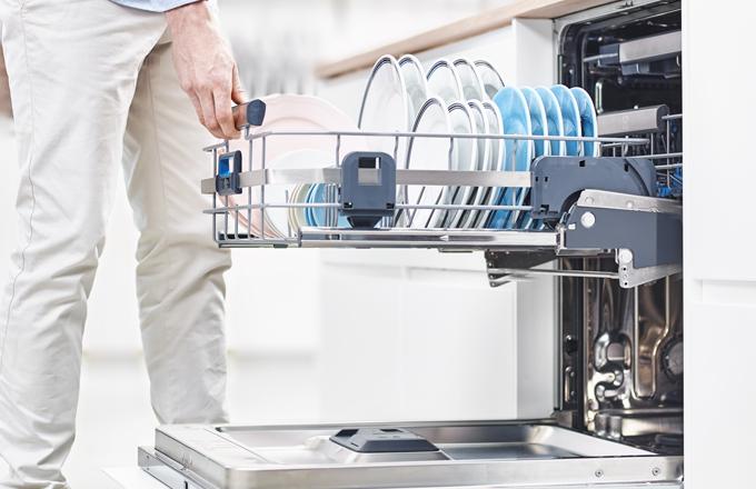 Myčka Electrolux ComfortLift® je díky nadzvedávacímu mechanismu spodního regálu jedinečná na trhu, protože vám zajišťuje méně ohýbání při vkládání a vyklízení nádobí