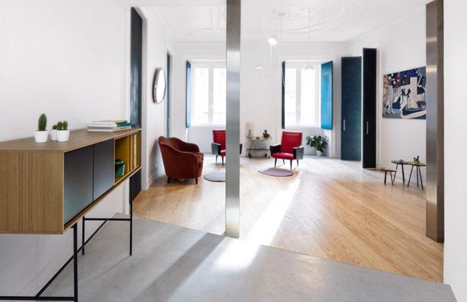 Když majitelé byt koupili, byl rozdělený do nesmyslně malých pokojů. Architekti navrhli stržení dělicích stěn a otevření celého prostoru