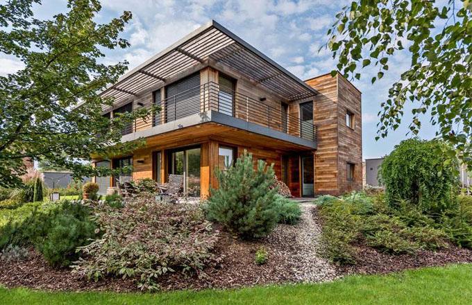 Dům je navržený jako nízkoenergetický s důrazem na nadstandardní zateplení fasády, střechy i oken zasklených trojskly