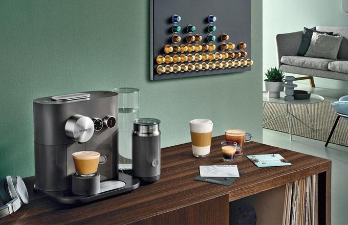 Vychutnávat si stálou nabídku či limitované edice káv Nespresso umožní novinka na trhu – kapslový kávovar Expert, k dostání v Nespresso Boutiques, e-shopu a na Alza, cena na dotaz, www.nespresso.com