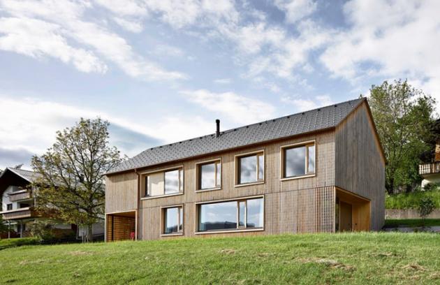 """Dřevo patří ve Vorarlbersku k tradičním stavebním materiálům. Na rozdíl od mohutných trámů, z nichž se v této oblasti stavěla hospodářská stavení a salaše, zvolili architekti ze studia Innauer Matt subtilnější latě, z nichž """"utkali"""" plášť domu"""