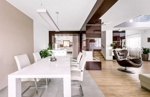 Čistý styl a ostré úhly ctí i jídelna volně navazující na kuchyň a obývací pokoj. Stůl je asi jediný kus nábytku, který není vyrobený na míru, ale zakoupený přes internet. Židle Eterna jsou od italské firmy Fenice