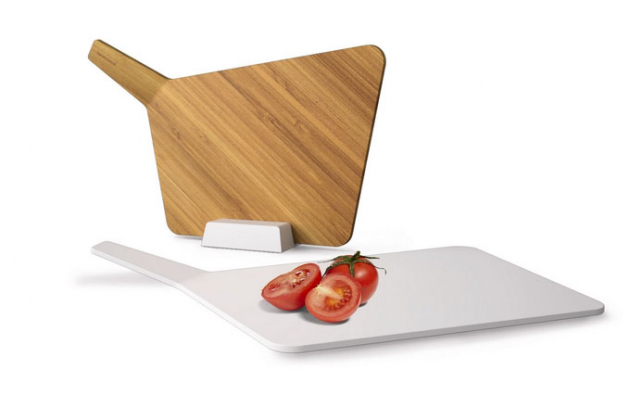 Bambusové a polypropylenové prkénko se stojánkem Chopping Board Set, 42,8 x 9,8 x 28,4 cm, Black Blum, cena 1 095 Kč, www.alesa.cz