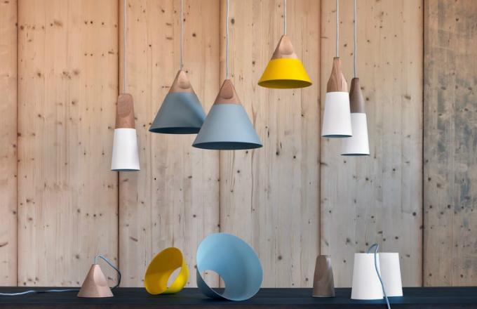 Slope, lakovaný kov a masivní dřevo, O 12,5, 22 a 28 cm, design Skrivo design, Miniforms, cena 7 152 Kč, www.cskarlin.cz