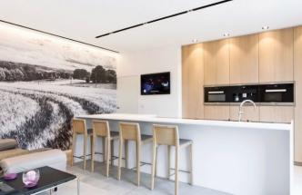 Kombinací různých složek osvětlení můžete krásně modelovat kuchyňský prostor: světelným profilem osvětlit pracovní plochu, bodovými světly vysoké kuchyňské skříně a LED páskem podtrhnout velkoformátovou fototapetu na stěně