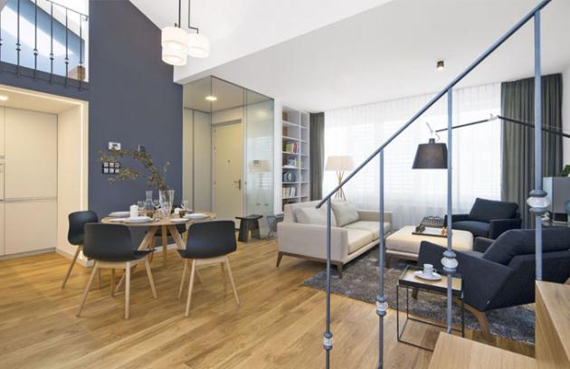 Při zařizování v interiéru majitelé investovali především do sedacího nábytku, každý kus je solitér, pečlivě vybraný z portfolií světově známých designérů, pohovka od Hermana Millera
