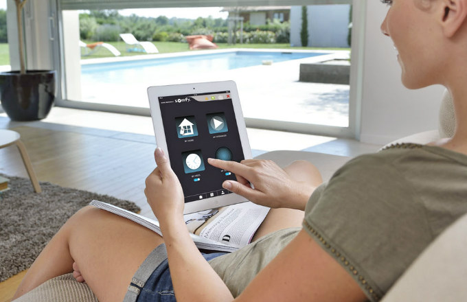 Prostřednictvím chytrého ekosystému TaHoma Premium řídíte celou digitální domácnost a dohlížíte na ni přes internet pomocí vašeho počítače, tabletu nebo smartphonu, ať už z domova nebo z druhého konce světa